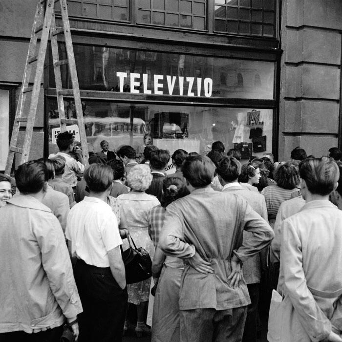 Fotó: Kéri Dániel: A kísérleti televízió adását nézik a járókelők. 1956. szeptember. tévékészülék