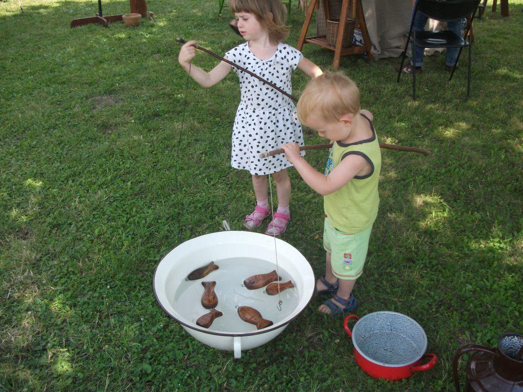 Népi-játékok-a-kertben gyerekbarát